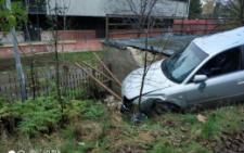 У Чернівцях біля готелю «Черемош» легковик злетів зі схилу (фото)