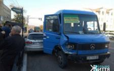На Буковині в райцентрі зіткнулись легковик та маршрутка (фото)