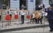 У Чернівцях на Дні вуличної музики учні зіграли мелодію з Гри престолів (відео)