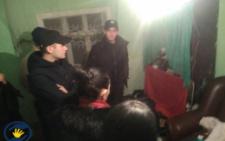 На Буковині поліція відібрала семеро дітей від батьків через жахливі умови проживання (фото)