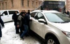 В центрі Чернівців позашляховик заблокував рух транспорту (фото)