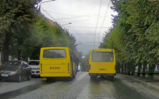 У Чернівцях дві маршрутки влаштували перегони (відео)