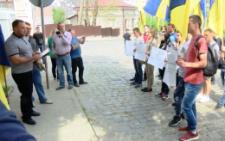У Чернівцях півсотні активістів з прапорами України пікетували румунське консульство