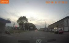 На виїзді з Чернівців мотоцикліст на швидкості врізався у зупинку