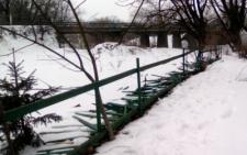 В Сторожинці у парку вандали понищили паркан (фото)