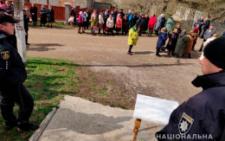 На Буковині через конфлікт між релігійними громадами люди молилися на дорозі (фото)