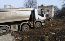 У Чернівцях вантажівка протаранила огорожу та в'їхала на приватну територію (фото)