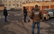 На Буковині СБУ затримала на хабарі 1,5 тисячі доларів посадовця і голову сільради (фото)