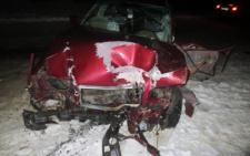 На Буковині «Мерседес» на швидкості в'їхав в електроопору, водій у важкому стані (фото)