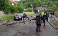 П'яний водій на Синельникова у Чернівцях повалив три електроопори та втік (фото)
