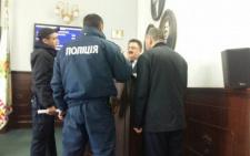 У Чернівцях патрульні вивели з сесійної зали чоловіка, який заважав проведенню сесії