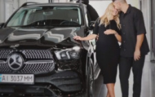 Шоумен із Чернівців подарував своїй вагітній дружині ексклюзивну автівку