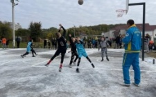 У великому спальному районі Чернівців оновили баскетбольний майданчик за 350 тисяч гривень