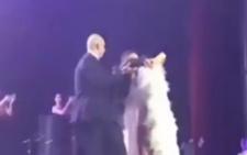 На скандальну українську співачку з Буковини під час концерту в Росії накинувся шанувальник (відео)