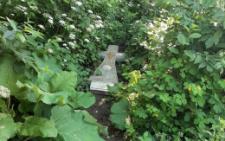 У зарослях біля будинків у Чернівцях невідомі викинули надгробний хрест